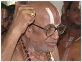 17-HH Vmalai Jeeyar swamy adorning mAnavAla mAmunikAl muthirai modiram3.JPG