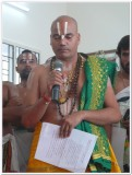 20A-Sri Vidyabhaskarar swamy - mahanth from Ayodhya delivering anugrahabhasanam.JPG