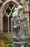 bronzenbeeld van schrijver in het hofje
