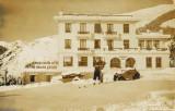 Robert de Villeneuve à Gourette, devant l'hôtel Edelweiss