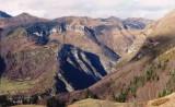 Goust (à gauche) et son écrin de montagnes