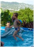 Dans la piscine.