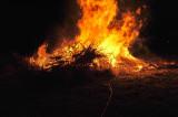 Puenklich um Mitternacht brennt das Feuer