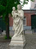 Staande Maria met Kind (koningin) - pleintje voor de Magdalenakerk