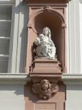 Zittende Maria met obstinatig Kind - Onze Lieve Vrouwkerkhof Zuid 4