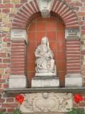 Zittende Maria met obstinatig Kind - Wijngaardstraat  8
