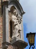 Jan Van Eyckplein 8  - Staande Maria met Kind
