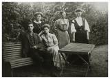 Persongruppe i haven i Allinge ca. 1908
