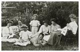 Gruppearrangement i haven i Allinge ca. 1908.