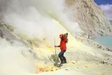 Cutting the sulphur rocks