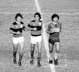 ZICO E CARPEGIANI RECEBEM MARADONA - FLA X BOCA 1982.jpg