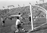 zito faz o segundo gol e vira o jogo para o brasil na final contra a tchecoslovquia em 1962.jpg