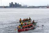 trois canots sur fond de ville