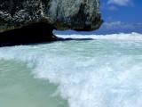La vague sous le rocher