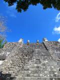 escalier d'un temple et ciel bleu