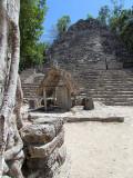 la stèle au pied du temple