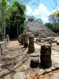 Colonnes et temple à Coba