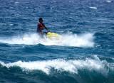Moto marine dans les vagues