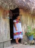 Femme maya à la porte de sa maison