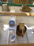 boussole, conque et lignes à pêche
