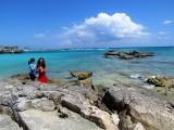 Des vacanciers sur les rochers