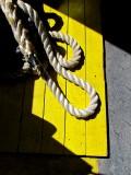 la corde de pendu ou l'amarre sur fond jaune