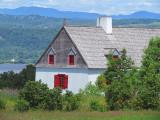 maison centenaire aux fenêtres rouges