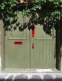 La  porte olive et rouge
