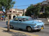 Dodge bleue sur la rue Principale