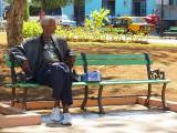 L'homme à l'ombre sur le banc