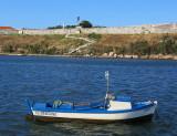 Le canot devant la forteresse