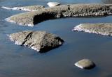 le petit rocher dans l'eau bleue