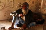 Kutch man in mud hut 03.jpg