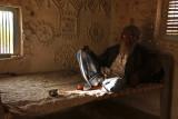 Kutch man in mud hut 04.jpg