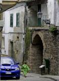 Zonas peatonales embellecidas con preciosos coches azules