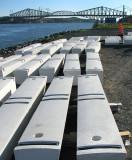 bases blanches des bancs du futur parc
