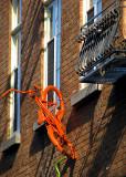 Orange , le vélo du mur de brique