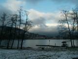Il y a le ciel, la neige et le lac