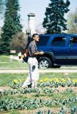 Rene tomando fotos a los tulipanes
