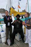 Daniel Dimba, chanteur d'un groupe antillais enregistre un clip sur un ponton