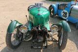 Deux voitures anciennes, l'une à 3 roues date de 1930, et l'autre de 1933