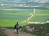 Walking the steep descent towards Hornillos del Camino