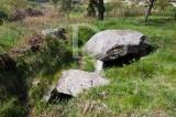 Dólmen existente no terreno designado «Leira Longa», junto a uma veiga de terras lavradias chamadas «As Mourinhas» (IIP)