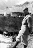 Armand Charlet devant la tombe de Jean Arlaud à Gavarnie
