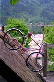 Un vélo sur le toit.