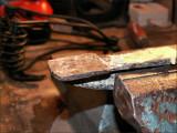 Une vieille machoire de serre-joint est stable dans l'étau et me sert d'appui pour écraser l'envers des rivets...