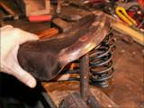 Pour servir d'appui sous la structure, un vieux chasse-clou arrondi coincé dans l'étau fait l'affaire...