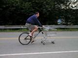 Voilà enfin un type qui a compris qu'il fallait prendre sa place sur la route. Bravo ! Ceci est un vélo de courses.
