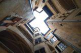 binnenplaats met trappenhuis