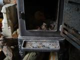 vooraan in de kachel die al stillekes brandt